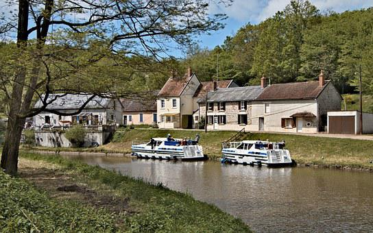 The Nivernais Canal, Port Brûlé, Nièvre, Navigation