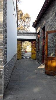 Qufu China Three-hole, The Aisle, Broken