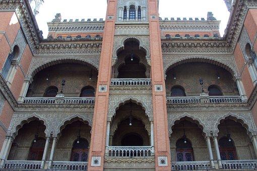 St George Institute Vaccine, Castle, Architecture