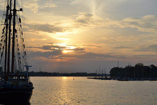 Rostock, City ​​harbor, Hanseatic City, Warnow, Dusk