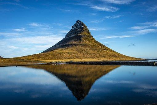 Iceland, Vesturland, Grundarfjörður, Kirkjufell, Clouds