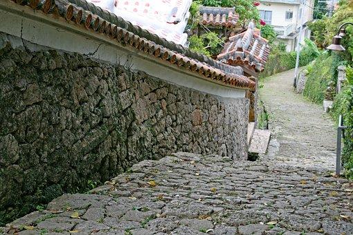 Shurikinjochoishidatamimichi, Okinawa, Japan