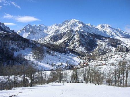 Spain, Asturias, Sotres, Picos, Europa, Nieve