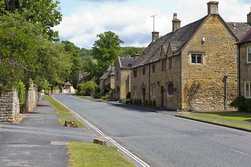 Cotswold Village Street, Buildings