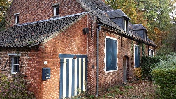 Farm, Belgium, S-grave Weasel, Folklore