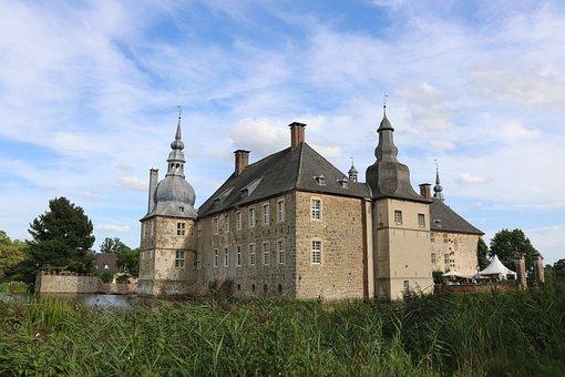 Lembeck Castle, Moat, Architecture