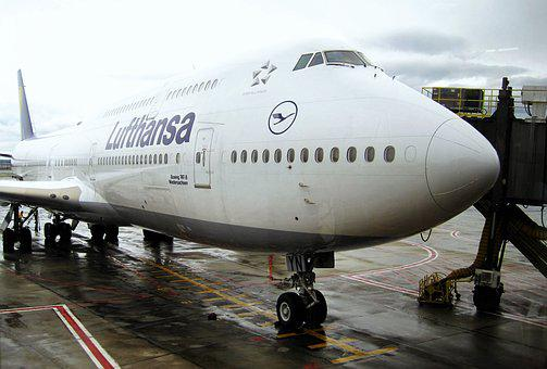Docked Jumbo Jet, Lufthansa 747-830niedersachsen