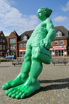Traveling Giant In Wind, Westerland, Statue, Green