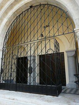 The Martin Declaration, Budapest, Church, Entrance