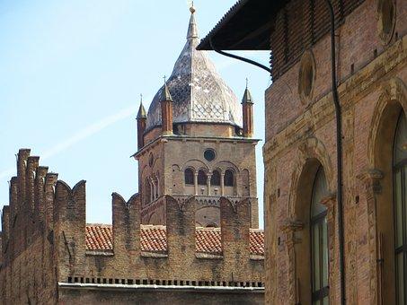 Italy, Bologna, Piazza Majorises, Ramparts, Slots