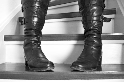 Stairs, Boots, Stand, Wait, Woman, Paragraph
