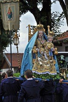Corpus Christi, Observance, Madonna, Move