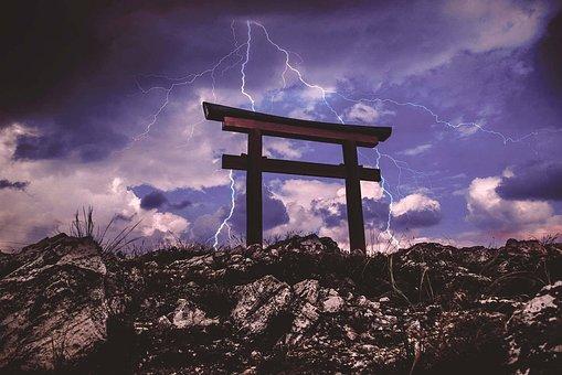 Tori, Gate, Lightning