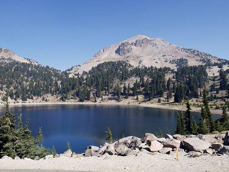 Lake, Lassen Volcona National Park, California, Usa