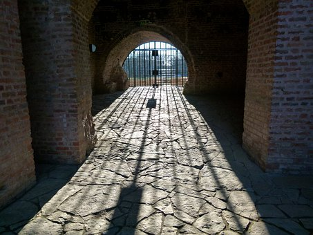The Castle Of Gyula, Grid, Shadow