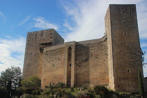 Pereto, Colonna Castle, Column, Castle