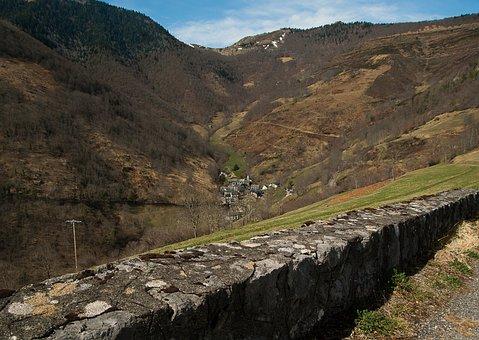 Pyrénées, Béarn, Pass Aspin, Village, Valley